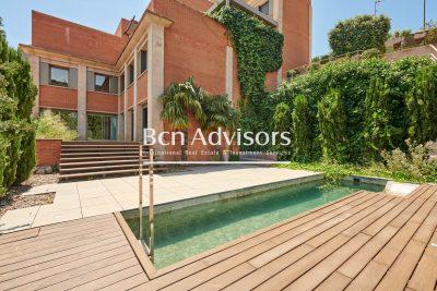 Impresionante casa con jardín y piscina en complejo residencial exclusivo